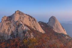 Baegundae峰顶,在Bukhansan山的秋天季节日出  库存照片