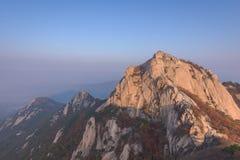 Baegundae峰顶,在Bukhansan山的秋天季节日出  免版税库存图片