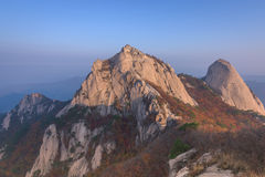 Baegundae峰顶,在Bukhansan山的秋天季节日出  库存图片