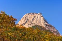 Baegundae锐化,秋天季节在Bukhansan山在汉城, S 免版税库存图片