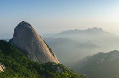 Baegundae når en höjdpunkt, Bukhansan berg i Seoul, Sydkorea Arkivbilder