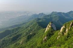 Baegundae ragen, Bukhansan-Berge in Seoul, Südkorea empor stockbild