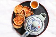 Bael果子干燥与茶壶 免版税库存照片
