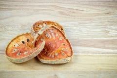 Bael secado ou marmelos secados do aegle no painel de madeira Foto de Stock