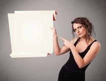 Junge Frau, die weißen origami Papierkopienraum hält Stockbilder