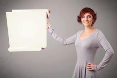 Junge Frau, die weißen origami Papierkopienraum hält Stockfoto