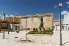 Baeza, Spanje - 5/7/18: Binnenplaats met standbeeld naast Kerk van Santa Cruz stock afbeelding