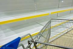 bagaże tła koncepcję czworonożne zakupy białą kobietę Puste półki i część sklep spożywczy furmanią w supermarkecie kosmos kopii zdjęcie stock