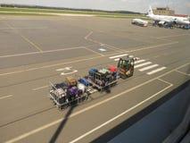 Bagażu przeniesienie A320 i Aerobus parkujący w Ostrava zdjęcia royalty free
