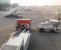 Bagażu przeniesienie A320 i Aerobus parkujący w Praga zdjęcia stock