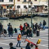 Bagaży furtiany reklamuje ich usługa przed Wenecja ` s Santa Lucia stacją kolejową fotografia royalty free