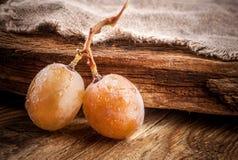Baga das uvas em uma tabela de madeira imagem de stock royalty free