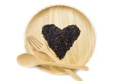 Baga do arroz do coração em umas bacias de madeira com colher Fotos de Stock Royalty Free