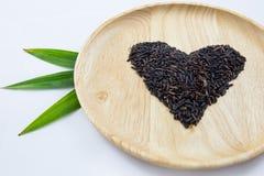 Baga do arroz do coração em umas bacias de madeira e em pandan verde Fotografia de Stock