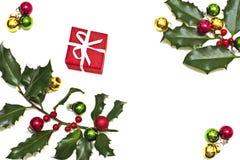 Baga do azevinho, esferas do Natal e presente Foto de Stock