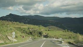 Baga, España Conducción de automóviles en Asphalt Freeway hermoso, autopista, carretera E-9, C-16 contra la perspectiva de meridi almacen de video