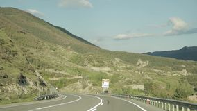 Baga, España Conducción de automóviles en Asphalt Freeway hermoso, autopista, carretera E-9, C-16 contra la perspectiva de meridi metrajes