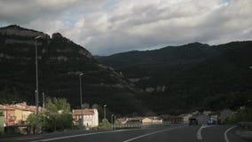 Baga, España Conducción de automóviles en Asphalt Freeway hermoso, autopista, carretera E-9, C-16 contra la perspectiva de meridi almacen de metraje de vídeo