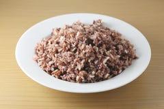 Baga tailandesa marrom cozinhada do arroz ou arroz marrom do jasmim no prato branco fotos de stock