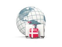 Bagage avec le drapeau du Danemark Trois sacs devant le globe Images libres de droits