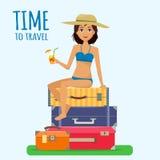 Bagage, bagage, koffers en meisje in zwempak met cocktail op tropische achtergrond Stock Fotografie