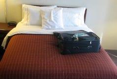 Bagage dans la chambre d'hôtel images libres de droits