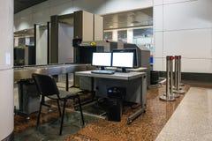 Bagage de balayage à l'aéroport Photos libres de droits