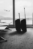 Bagage de déplacement dans le terminal d'aéroport Valises dans le depa d'aéroport Images libres de droits