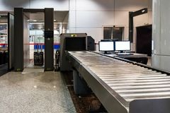 Bagage de main de balayage sur le terminal d'aéroport Images stock