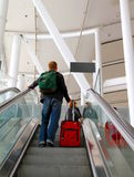Bagage de transport d'homme à Toronto Pearson Airport Photo libre de droits