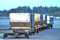 Bagage de transport dans l'aéroport Photographie stock libre de droits