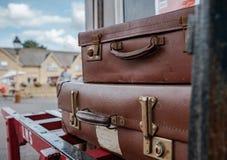 Bagage de vintage vu à une vieille gare ferroviaire photographie stock libre de droits