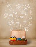 Bagage de voyageur avec les vêtements et les icônes tirés par la main Photo libre de droits