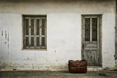 Bagage devant une porte photos libres de droits