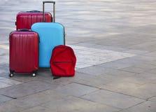 Bagage die uit drie grote koffers en reisrugzak bestaan Stock Foto
