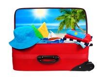 Bagage emballé aux vacances, sac ouvert de valise de voyage, blanc Photographie stock
