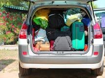 Bagage en koffers in auto voor vertrek Stock Foto