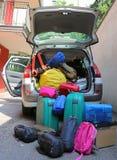 Bagage en koffers in auto voor vertrek Stock Afbeeldingen