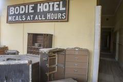 Bagage inom Bodie Hotel, Bodie, Kalifornien Arkivfoton