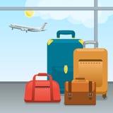 Bagage, koffers en zakken in luchthaven Gecontroleerd in Grote ingepakt en handbagage het reizen door vliegtuigen Reis en Stock Foto