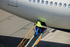 Bagage manipulant à l'aéroport Photo libre de droits