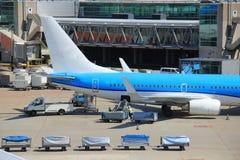 Bagage manipulant à l'aéroport Photos libres de droits