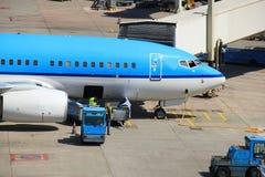 Bagage manipulant à l'aéroport Photo stock