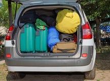 Bagage och resväskor i bil Arkivfoto