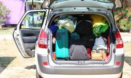 Bagage och resväskor i bil i semesterorten Arkivfoto