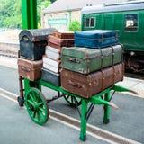 Bagage op het karretje van de portier op spoorwegplatform Royalty-vrije Stock Fotografie