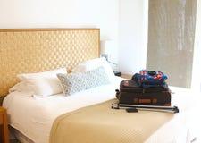bagage op het witte bed van een hotel stock afbeelding