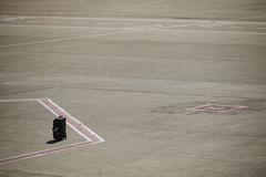 Bagage perdu sur une piste d'aéroport Images stock