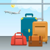 Bagage, resväskor och påsar i flygplats Kontrollerat in stort packat och handbagage för att resa med flygplan Lopp och Arkivfoto