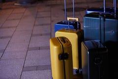 Bagage som består av sex polycarbonateresväskor som står på gatan arkivfoton